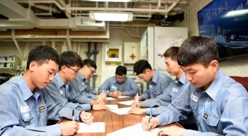 5-1 1함대 장병들이 사랑을 전하는 감사의 편지를 쓰고 있다.jpg