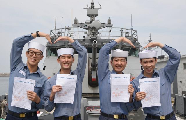 5-2 해군 1함대 장병들이 직접 쓴 손편지를 통해 사랑을 전하고 있다.jpg